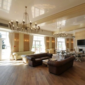Просторный зал с большими люстрами