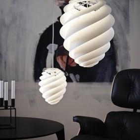 Массивные светильники в гостином помещении