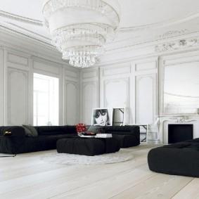 Хрустальная люстра в белом зале