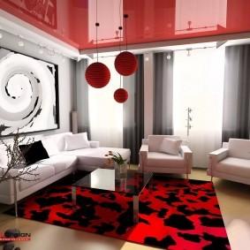 Красный потолок в современной гостиной