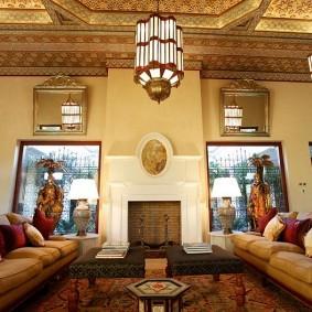Массивные светильники в гостиной восточного стиля