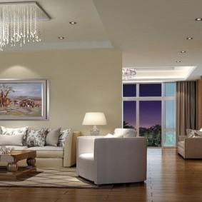 Длинные стеклянные подвески на потолочном светильнике