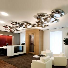 Хромированные светильники в зале частного дома