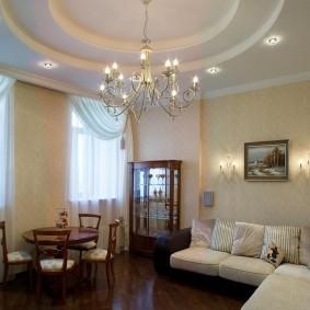 Многоуровневый потолок в комнате с диваном