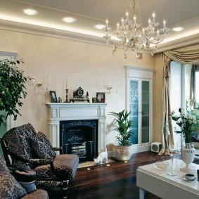 Точечные светильники на потолке с люстрой