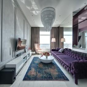 Узкая гостиная с длинным диваном