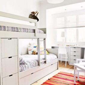 Интерьер детской комнаты с белой мебелью