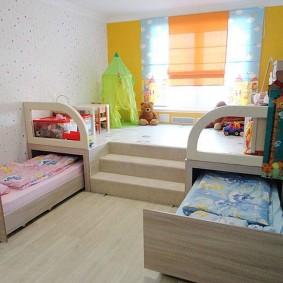 Подиум с выдвижными кроватями в детской комнате