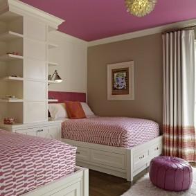 Розовый потолок в интерьере детской спальни
