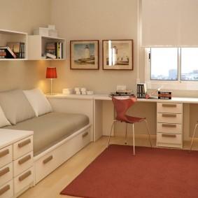 Письменный стол в комнате девочек школьниц