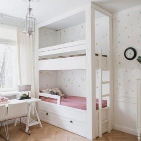 Белая кровать высотою до потолка