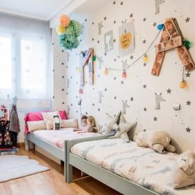 Расположение детских кроватей в узкой комнате