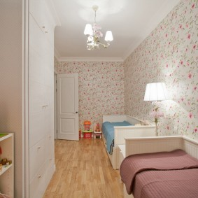 Узкая комната с детскими кроватями