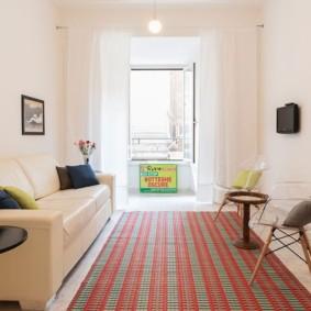 Длинный коврик в узкой гостиной