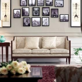 Коллекция фотографий над диваном в гостиной