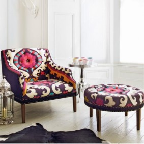 Мягкая мебель с пестрой обивкой
