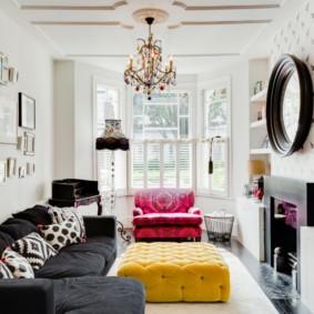 Яркая мебель в однотонной гостиной