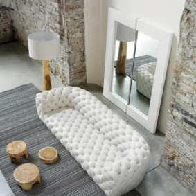 Белый диван с каретной обивкой