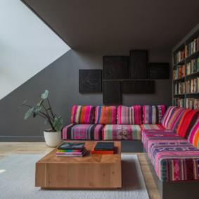 Яркая обивка дивана в этническом стиле