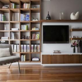 Деревянный стеллаж в комнате с ламинатом