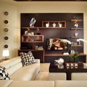 Выделения акцентной стены зала коричневым цветом