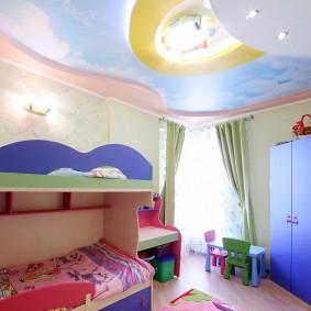 Синий шкаф в маленькой детской комнате