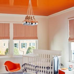 Оранжевый потолок в комнате новорожденного