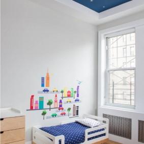 Маленькая кроватка в комнате с высоким потолком