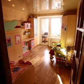 Деревянный пол в комнате с балконом