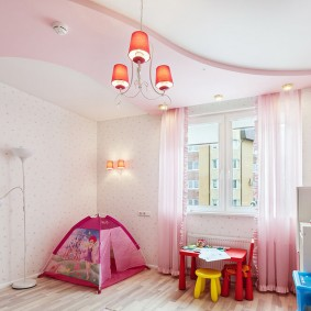 Двухуровневый потолок в светлой комнате