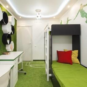 Две подушки на зеленой кровати для мальчика