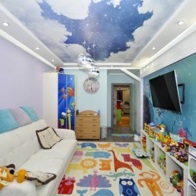 Узкая комната с фотопечатью на потолке