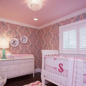 Белая кроватка для младенца в детской спальне