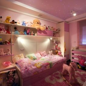 Мягкие игрушки на полках в спальне девочки