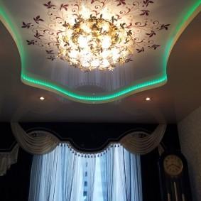 Люстра на натяжном потолке с подсветкой