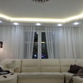 Светильники в нижнем уровне комбинированного потолка