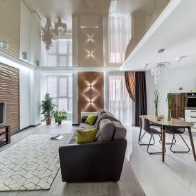Светло-коричневый натяжной потолок в гостиной