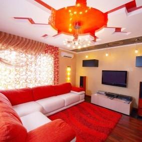 Красная мебель в интерьере небольшого зала