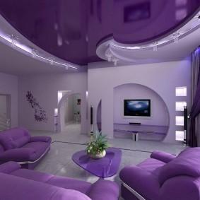 Сиреневый потолок в светлой гостиной