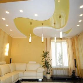 Желтый потолок в зале двухкомнатной квартиры