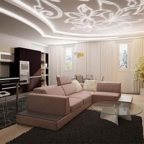 Угловой диван и стеклянный столик