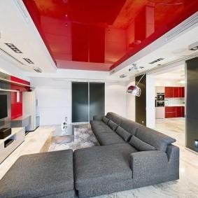Красный потолок в белой гостиной
