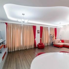 Красные шторы в зале с натяжным потолком
