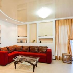 Коричневые подушки на красном диване