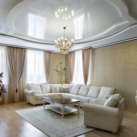 Классическая гостиная с люстрой на потолке
