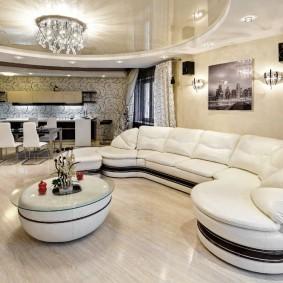 Большой диван с плавными формами