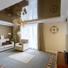 Большой ковер на полу гостиной