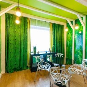 Деревянные балки на зеленом потолке