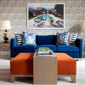 Синий диван в интерьере зала хрущевки