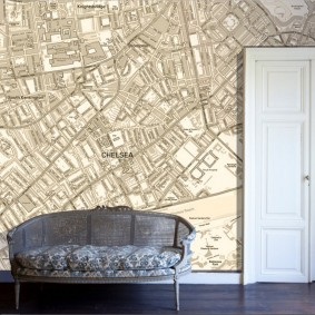 Обои с картой города на стене в зале